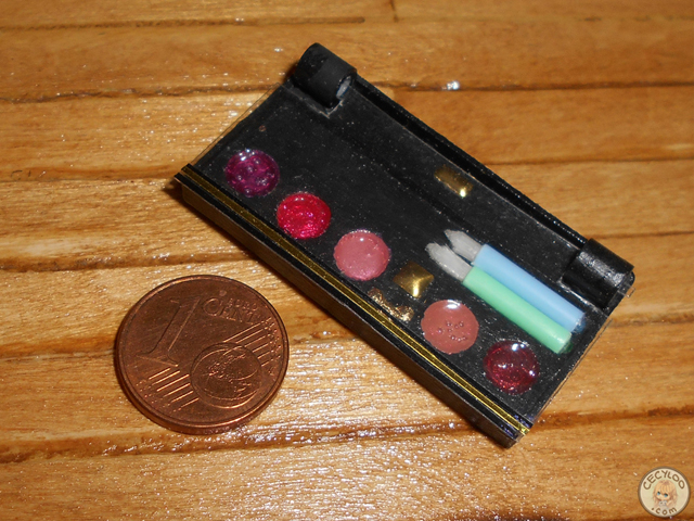 Miniatures : Make up - Palette of make up and brushes